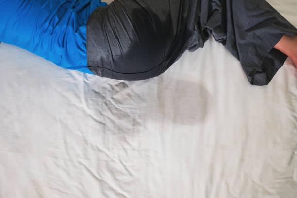 anciana mojando la cama