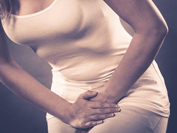 mujer padeciendo de incontinencia