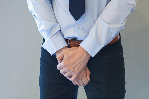 hombre padeciendo de incontinencia