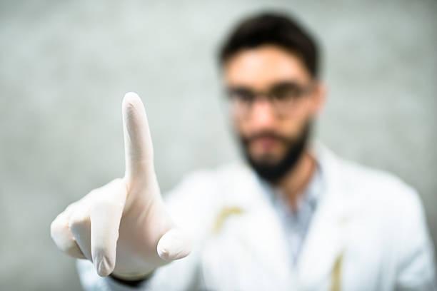 hombre examina la prostata
