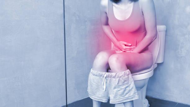 mujer sufriendo de incontinencia